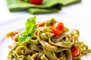 tagliatelle verdi al basilico con pomodorini