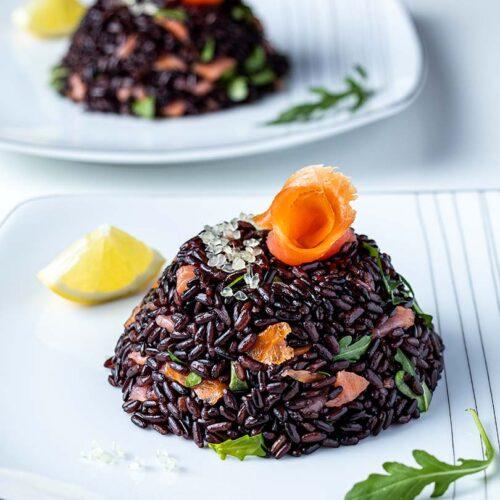 insalata di riso venere con salmone